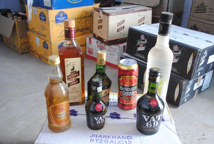 गुप्त सूचना के आधार पर छापेमारी कर पुलिस ने तेलशर चौर से 66 कार्टून शराब किया बरामद समस्तीपुर Town