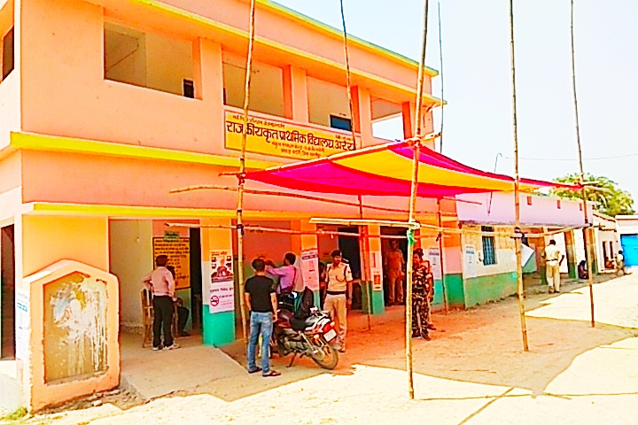 """उजियारपुर लोकसभा क्षेत्र के इस बूथ पर मात्र 4 मतदाताओं ने ही किया मतदान, ग्रामीणों ने """"पूल नहीं तो वोट नहीं"""" का नारा किया बुलंद समस्तीपुर Town"""