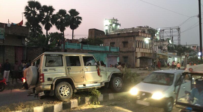 शहर के मोहनपुर रोड में डिवाइडर से टकराई बोलेरो, बाल-बाल बचे लोग समस्तीपुर Town