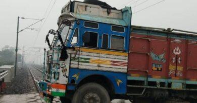रेलवे ट्रैक पर फंसा ट्रक, एक घंटे तक ट्रेनों का परिचालन बाधित समस्तीपुर Town
