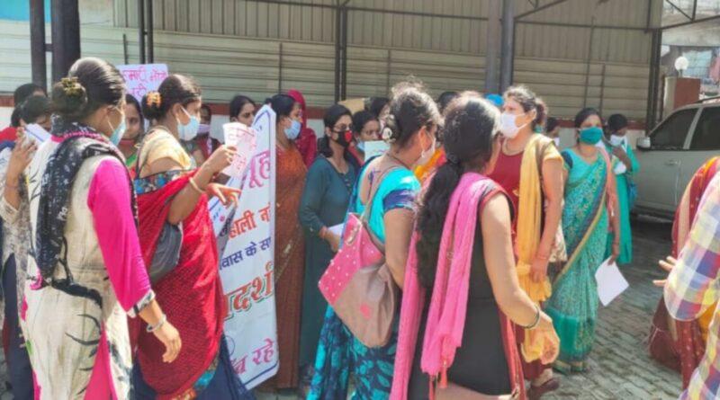 स्वास्थ्य मंत्री मंगल पांडेय के आवास के अंदर घुसी महिला स्वास्थ्य कर्मी, प्रदर्शन जारी समस्तीपुर Town