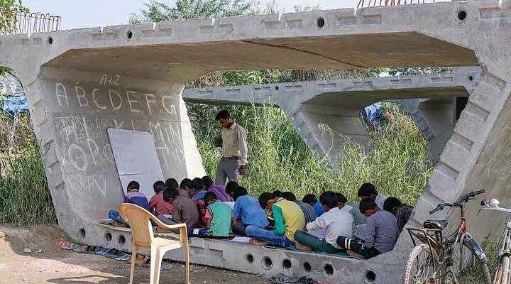फ्लाईओवर के नीचे हर दिन 200 से भी ज़्यादा बच्चों को मुफ़्त में पढ़ाता है यह छात्र! समस्तीपुर Town