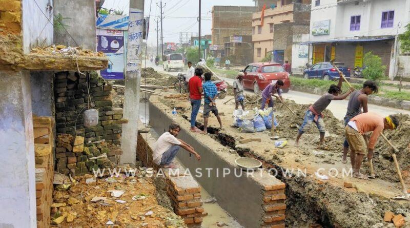 मोहनपुर रोड में युध्दस्तर पर दुरूस्त किया जा रहा नाला, जलनिकासी की व्यवस्था के लिए खुद निकले डीएम समस्तीपुर Town