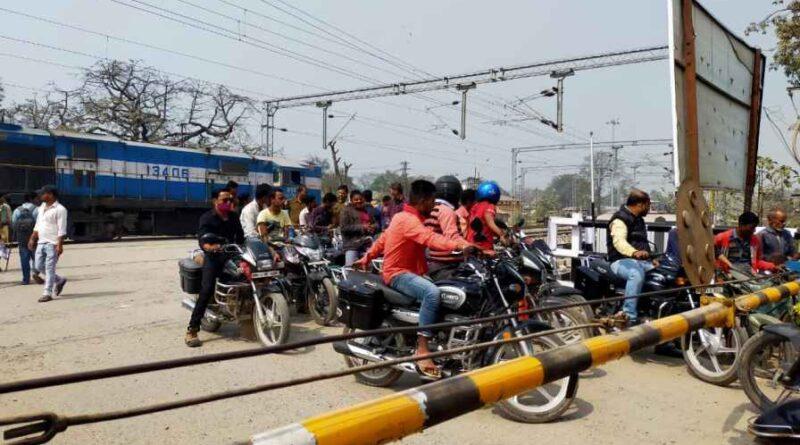रेल गुमटी के दोनों तरफ लगाये जायेंगे CCTV कैमरे, स्थानीय लोगों द्वारा गेटमैन से मारपीट की घटना के बाद फैसला समस्तीपुर Town