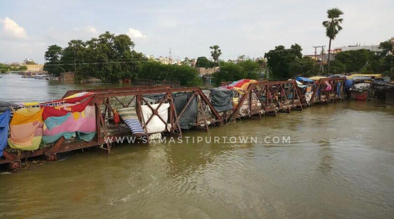 समस्तीपुर में जर्जर लचका पुल पर सजता है बाजार, जान हथेली पर रखकर खरीदारी, फिर भी प्रशासन क्यों नहीं दे रहा ध्यान समस्तीपुर Town