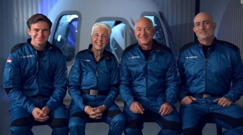 दुनिया के सबसे अमीर शख्स Jeff Bezos अंतरिक्ष से सुरक्षित लौटे, एक साथ रचे कई इतिहास, अंतरिक्ष पर्यटन के लिए निर्णायक क्षण समस्तीपुर Town