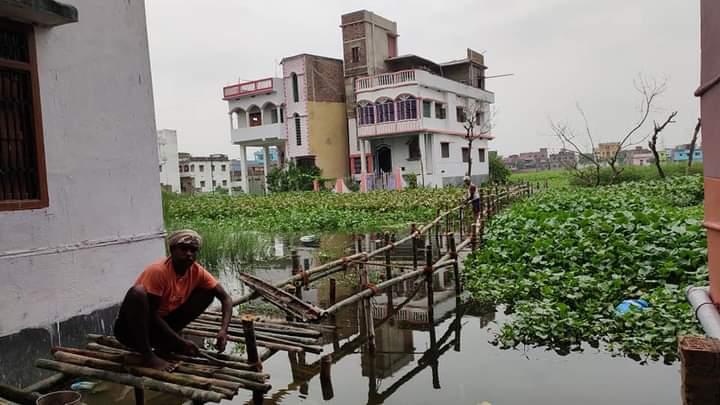 समस्तीपुर में जलजमाव से घिरे शहरवासियों के लिए बांस की चचरी बनी लाइफलाइन, घरों में सिमटे लोग समस्तीपुर Town