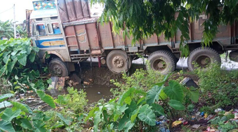 समस्तीपुर : असंतुलित होकर ट्रक के चालक ने नियंत्रण खोया, पुल से नीचे लटका समस्तीपुर Town