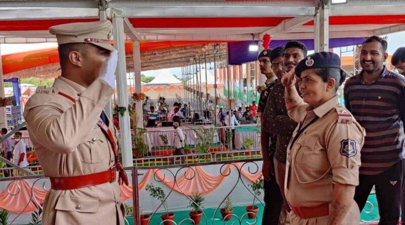 DSP बेटे ने किया ASI मां को सैल्यूट...खुद को बना कर खड़ा करने वाली माँ को ऐसे दिया सम्मान समस्तीपुर Town