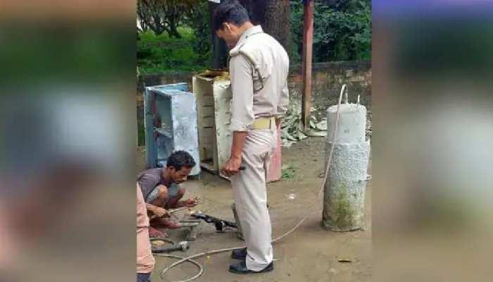 सड़क किनारे बैठे गैस वेल्डर से सिपाही ने करवाई कार्बाइन की वेल्डिंग, फोटो सोशल मीडिया पर वायरल समस्तीपुर Town