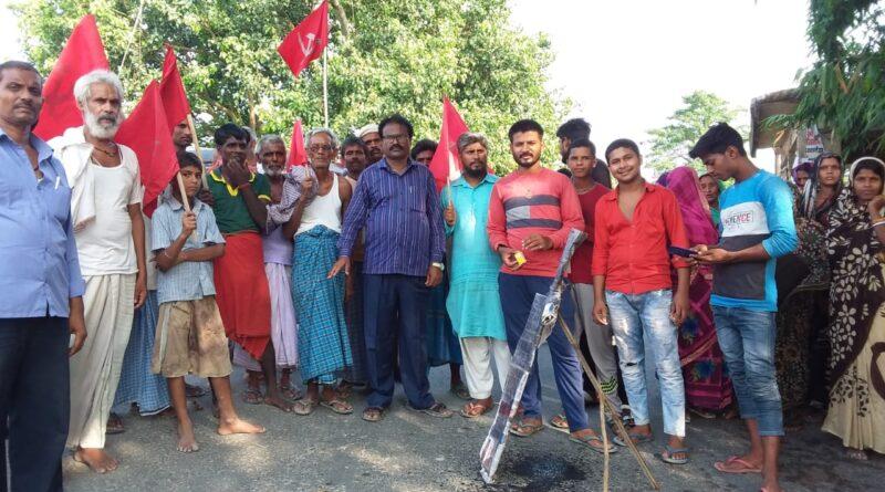 ग्रामीणों ने अंगारघाट चौक पर बिजली विभाग के एसडीओ का पुतला फूंका समस्तीपुर Town