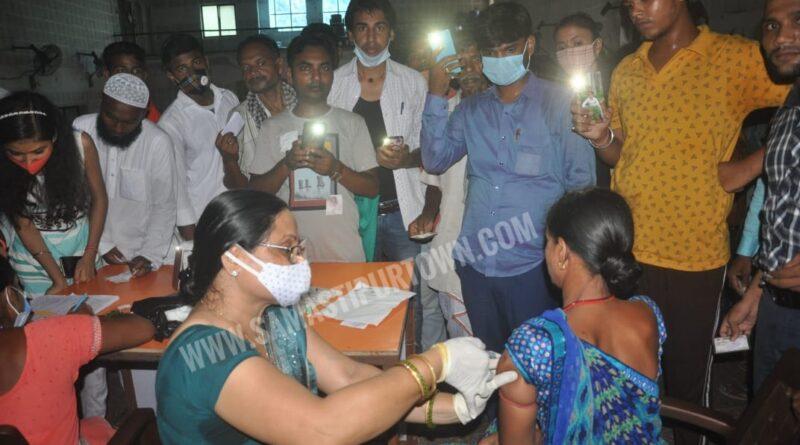 समस्तीपुर में स्वास्थ्य विभाग की तैयारी, अंधेरे में मोबाइल का फ्लैश जलाकर किया गया वैक्सीनेशन समस्तीपुर Town
