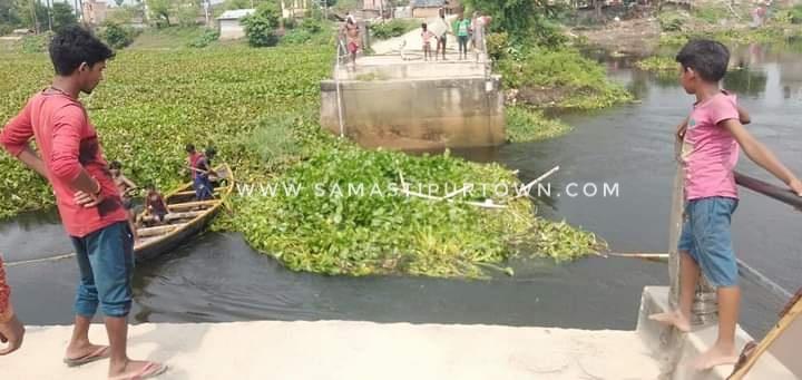 समस्तीपुर : दो वर्ष पूर्व टूटा पुल अब तक नहीं बना, लोगों के लिए नाव ही आवागमन का सहारा समस्तीपुर Town
