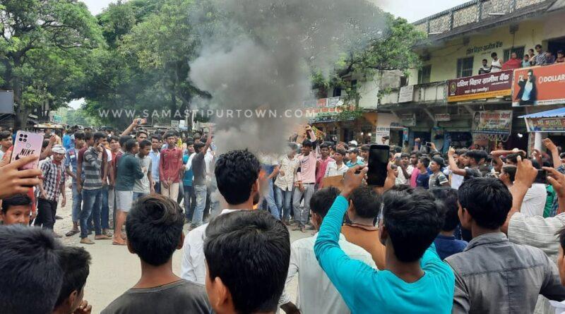 छेड़खानी के विरोध पर अतीताई युवकों द्वारा कोचिंग पर चढ़ कर फायरिंग और तोड़फोड़, विरोध में ग्रामीणों का उग्र प्रदर्शन समस्तीपुर Town