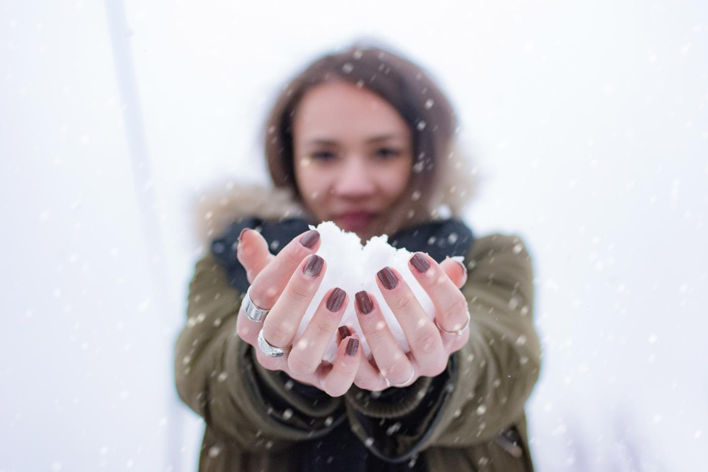 gift-snow-person-woman