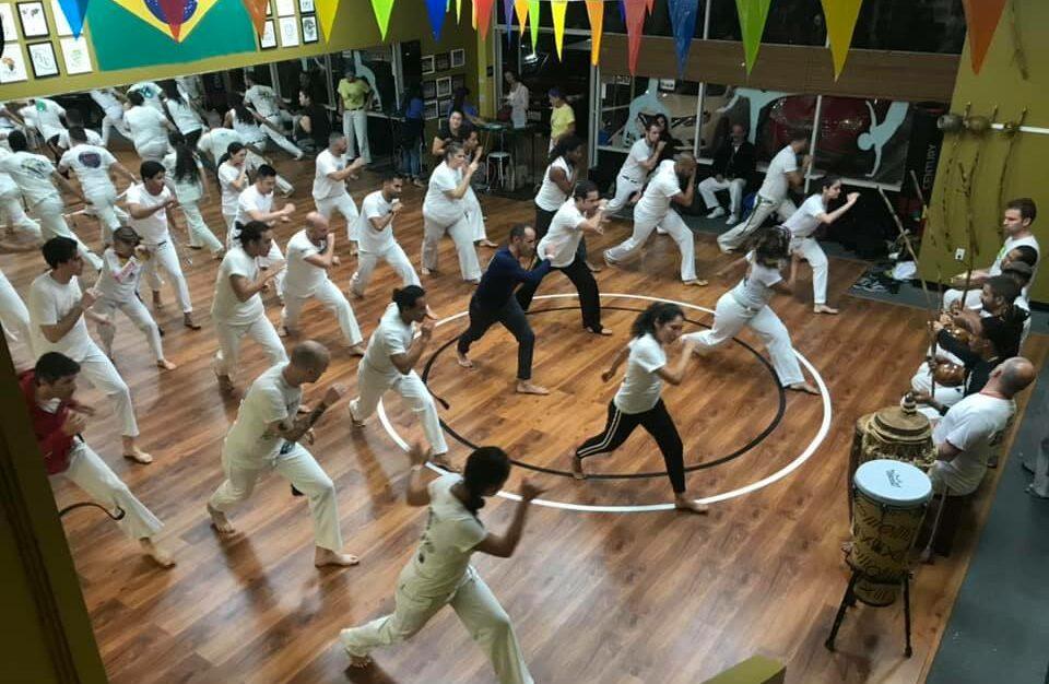 Photo of group training capoeira.