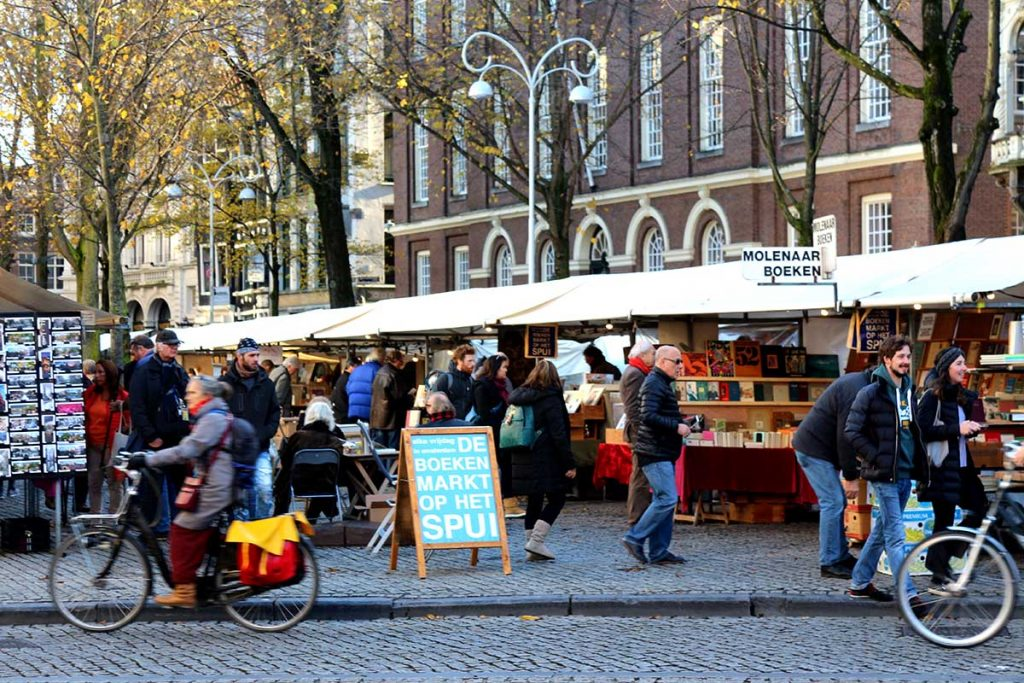 AMSTERDAM'S WEEKLY STREET MARKETS- boeken market