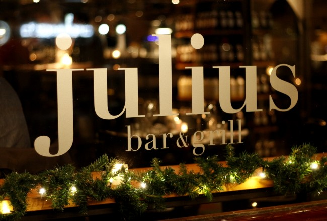 This BBQ restaurant in de Pijp has a charcoal grill and two Big Green Eggs in the open kitchen. With lots of options from meat to fish Julius Bar & Grill is an excellent restaurant for larger groups.
