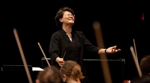 Mei-Ann Chen, music director of Chicago Sinfonietta, presided over a high-intensity performance of 'Carmina Burana.' (Chris Ocken Photography)