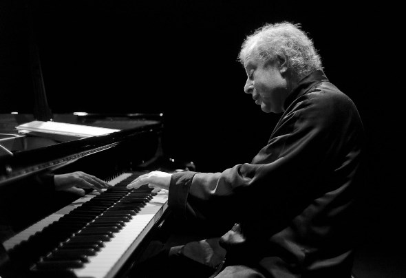 With the Chicago Symphony Orchestra, Andras Schiff conducted two concertos from the piano.
