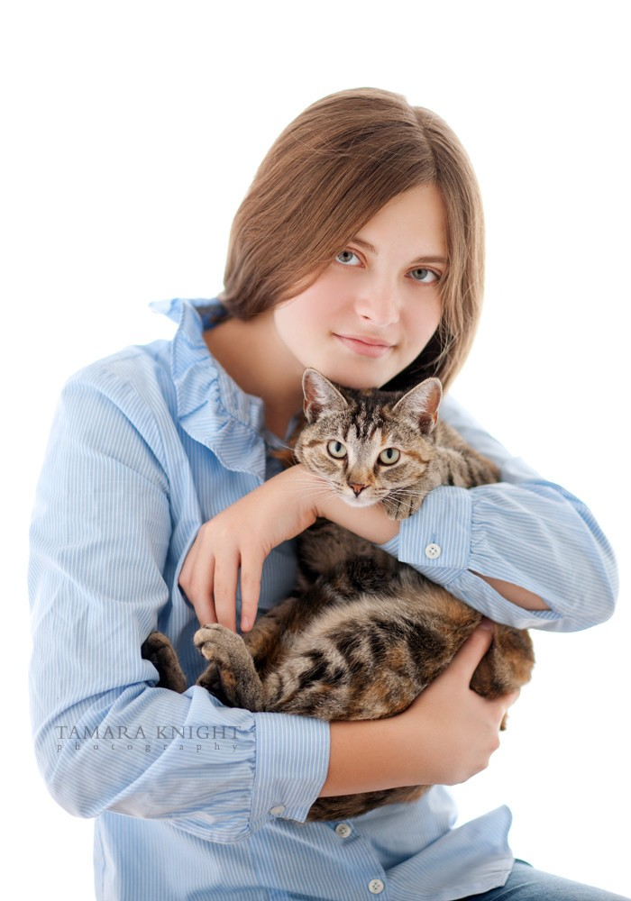 A girl is hugging a cat by Orlando family photographer