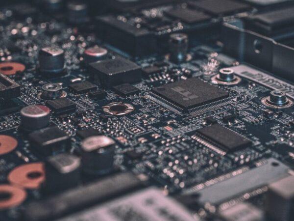 """El nuevo chip del MIT imita las sinapsis cerebrales para """"recordar"""" y ser mucho más potente que otros de su tamaño"""