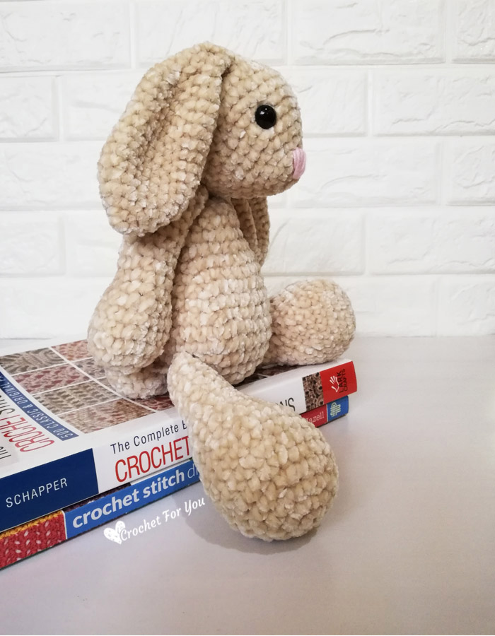 Little bunny amigurumi keychain free crochet pattern - Amigu World | 900x700