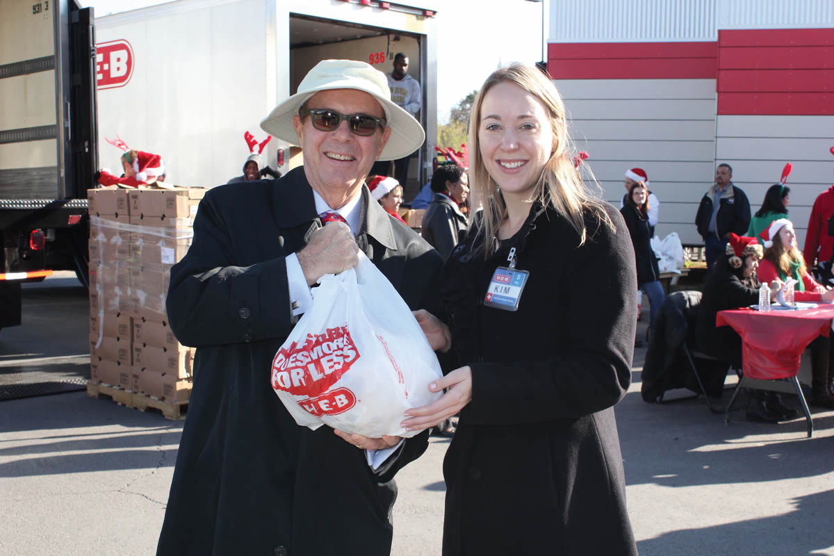 UIW partners with H-E-B to provide a hearty holiday gift for 1,000 undergraduate students and their families