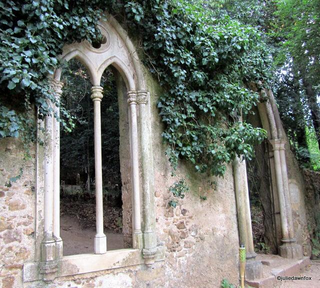 A folly in the old palace grounds, built during the Romance period to mark a place where Pedro and Inês' probably met in secret, using a secret tunnel nearby