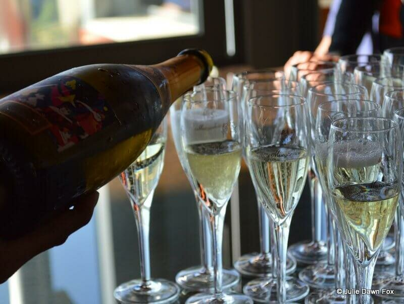 Murganheira sparkling wine being poured into champagne flutes