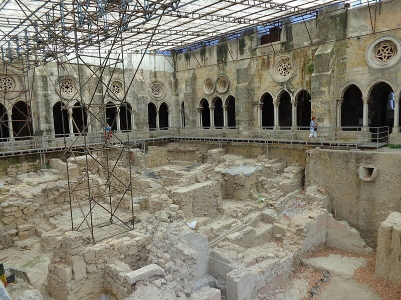 Roman ruins under floor of Lisbon cathedral © Carolyn Miller