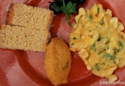 Patanisca de bacalhau, bolinho de bacalhau, broa cornbread