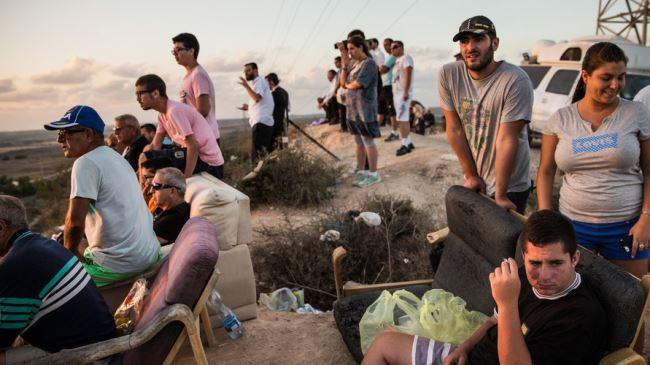 Israelis-sit-on-a-hill-1