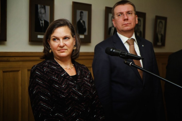 US Assistant Secretary of State Victoria Nuland (l) and Latvian Foreign Minister Edgars Rinkēvičs
