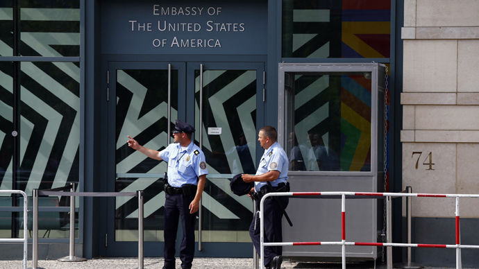 Security officers stand outside the U.S. Embassy in Berlin (Reuters / Thomas Peter)