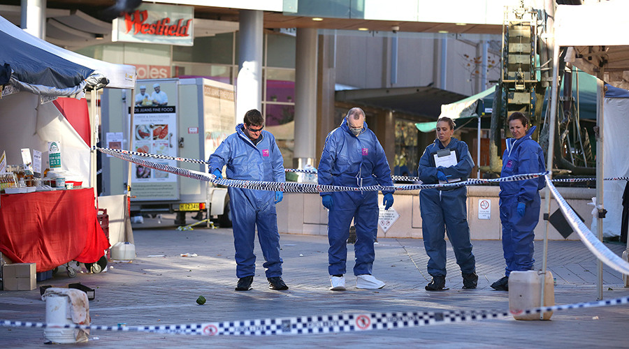 Police forensic services examine the scene of a police shooting of a man brandishing a knife at a shopping centre in the Sydney suburb of Hornsby, Australia June 9, 2016 © David Moir / Reuters