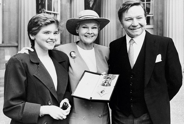 judi-dench-dbe-1988-with-family