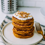 Oatmeal pancakes topped with vanilla skyr and chopped peanuts
