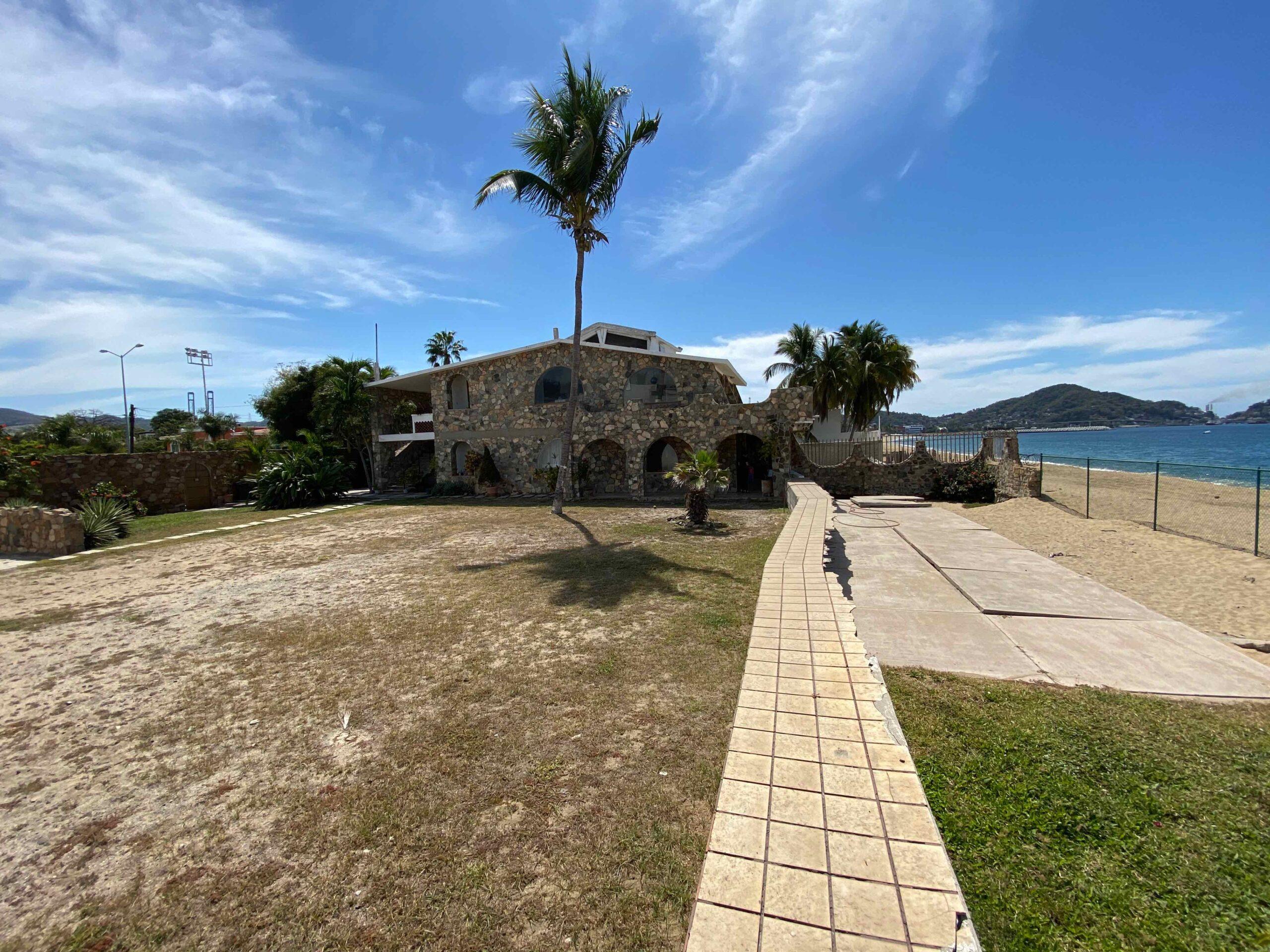 Casa de Piedra, Predio frente al Mar y en Avenida Lazaro Cárdenas, Manzanillo en venta.