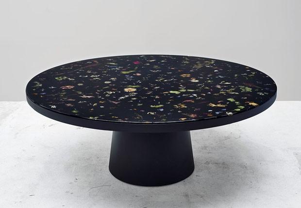 Designer cria móveis com flores encapsuladas em resina
