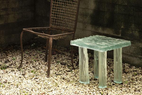 Mesa de cacos de vidro questiona conceitos de feiura e beleza