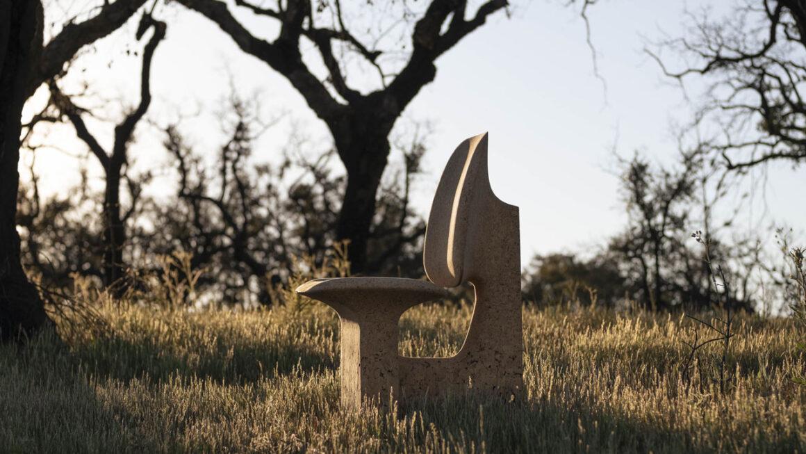 Burnt Cork: Noé Duchaufour Lawrance cria móveis feitos com cortiça queimada
