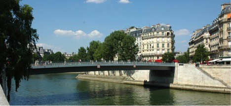 The Pont Saint-Louis serves as the gangplank from Ile de la Cité to the Ile Saint-Louis (Note the red awnings of the Brasserie de l'Isle Saint-Louis at the eastern end of the bridge).