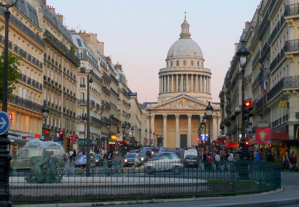 Rue Soufflot, vzadu Panthéon... dùležité upozornìní! Vpravo Mekáè + WC