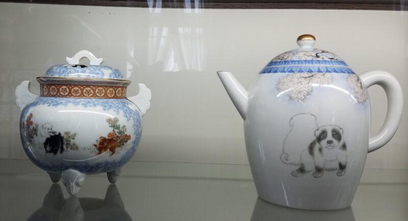 Курильница и чайник с изображением щенков – части сервиза, участвовавшего в Тихоокеанской экспо Аляска-Юкон в 1909 г. по случаю празднования годовщины Золотой лихорадки на Клондайке