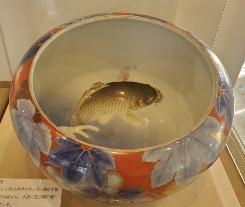 Сосуд с плавающим карпом внутри. Если наполнить сосуд водой, изображение выглядит еще более реалистичным! Поздняя Мэйдзи