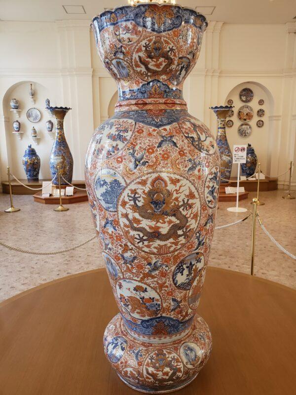 Ваза высотой 160 см из трех составных частей в декоре мэйдзи-имари. В эпоху Мэйдзи была продана в Аргентину и лишь недавно вернулась в Ариту