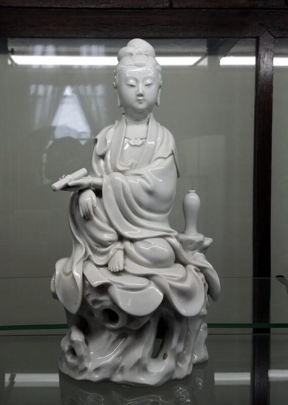 Статуэтка сидящей богини милосердия Каннон, 1910-40 гг.