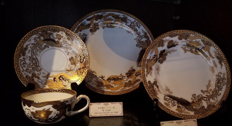 Современный чайный набор, возрождающий классический сюжет дракона и феникса в позолоте эпохи Мэйдзи