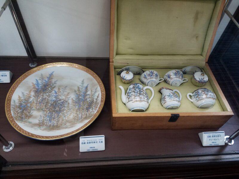 """Блюдо и чайный набор со знаменитым сюжетом """"бамбуковая роща"""" 竹林 1880-90 гг. Также обратите внимание на таблички с описаниями, в галерее Коранся даже они выполнены из фарфора!"""